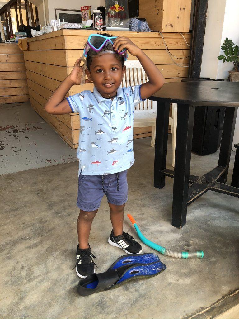 Niño submarinista en la recepción del hotel  Unawatuna