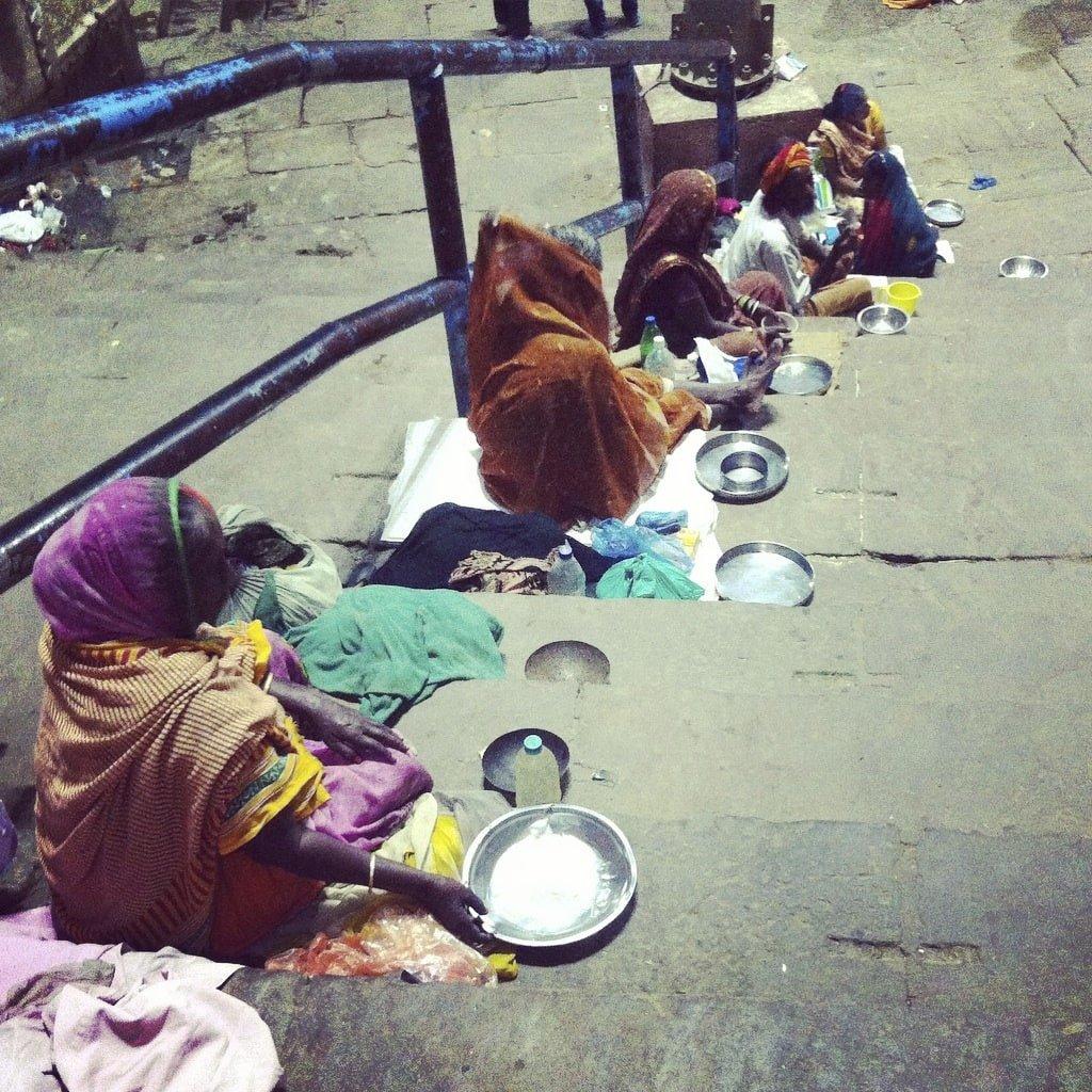 mendigos en Varanasi