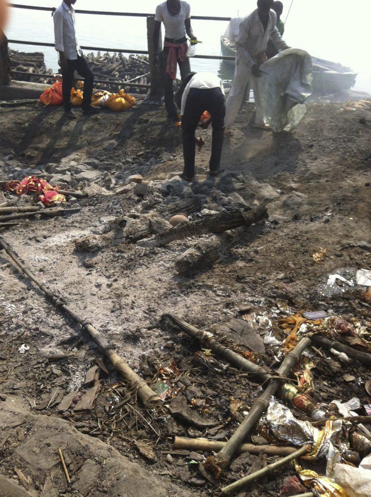 Restos de una cremación en Dasaswamed
