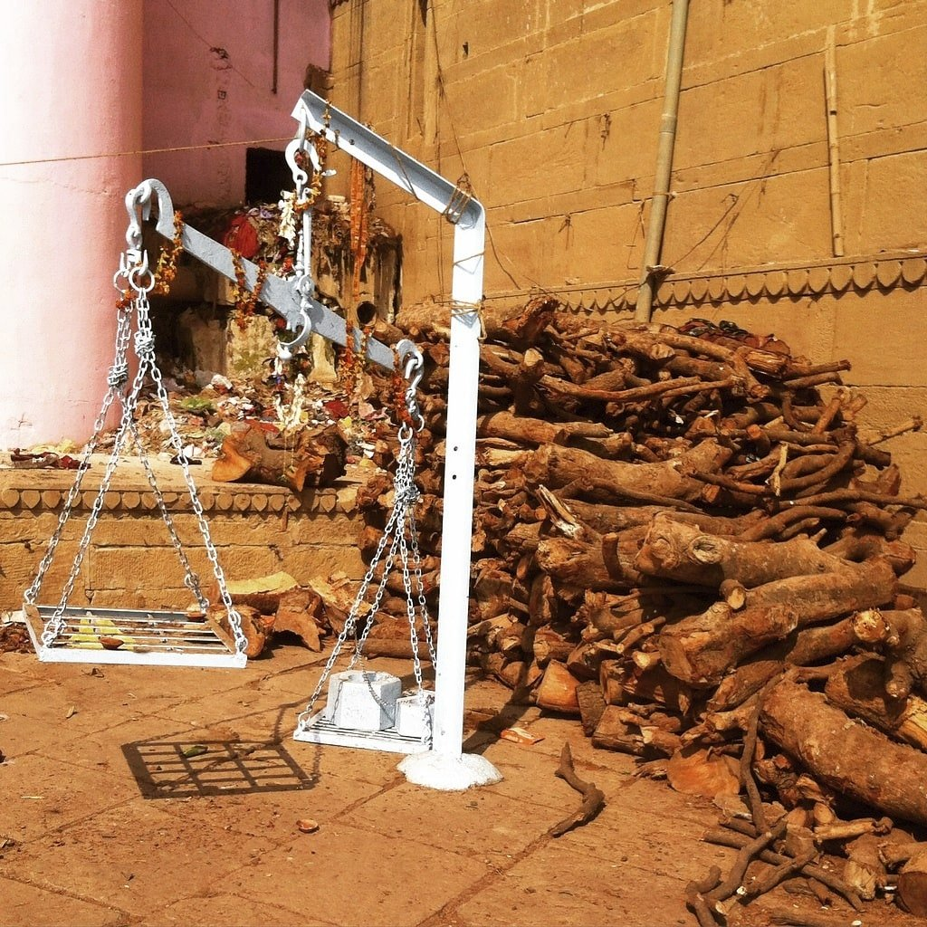 Balanzas y madera Varanasi