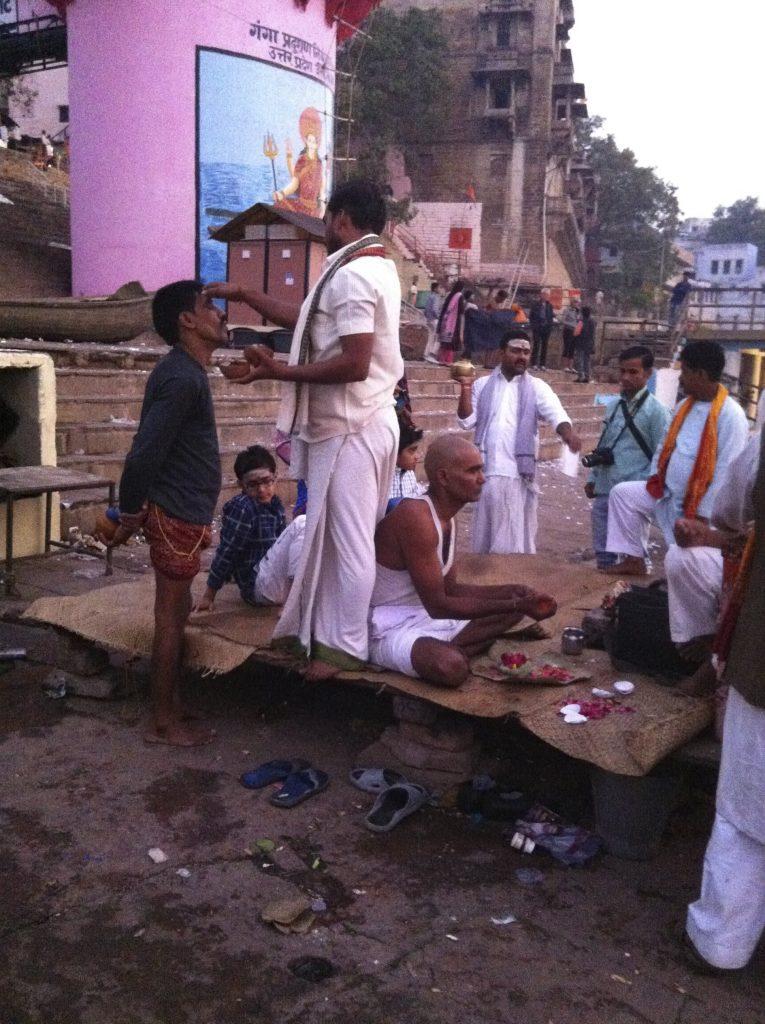 Ritual en la orilla del Ganges