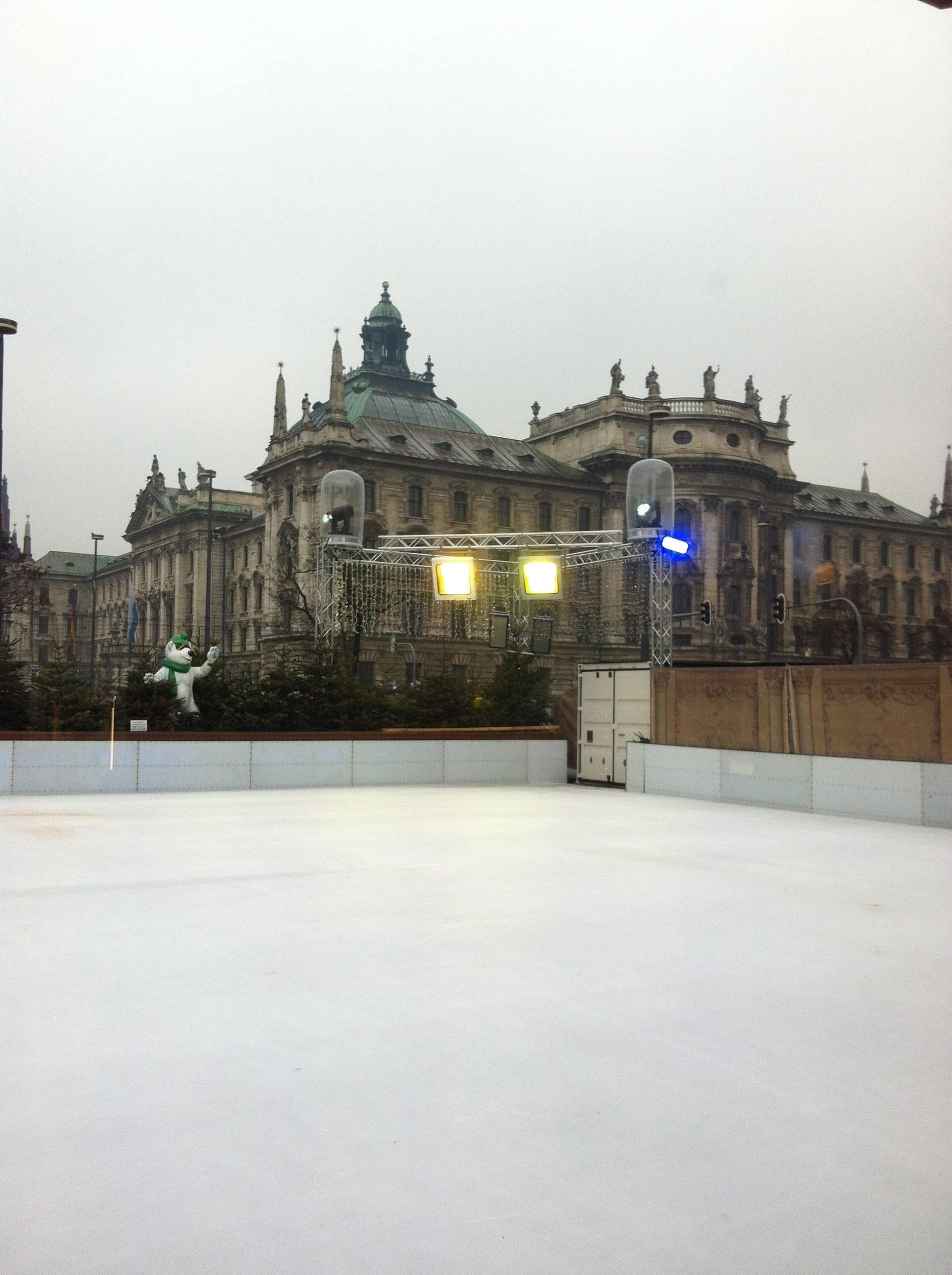 Pista de patinaje en Karlsplatz