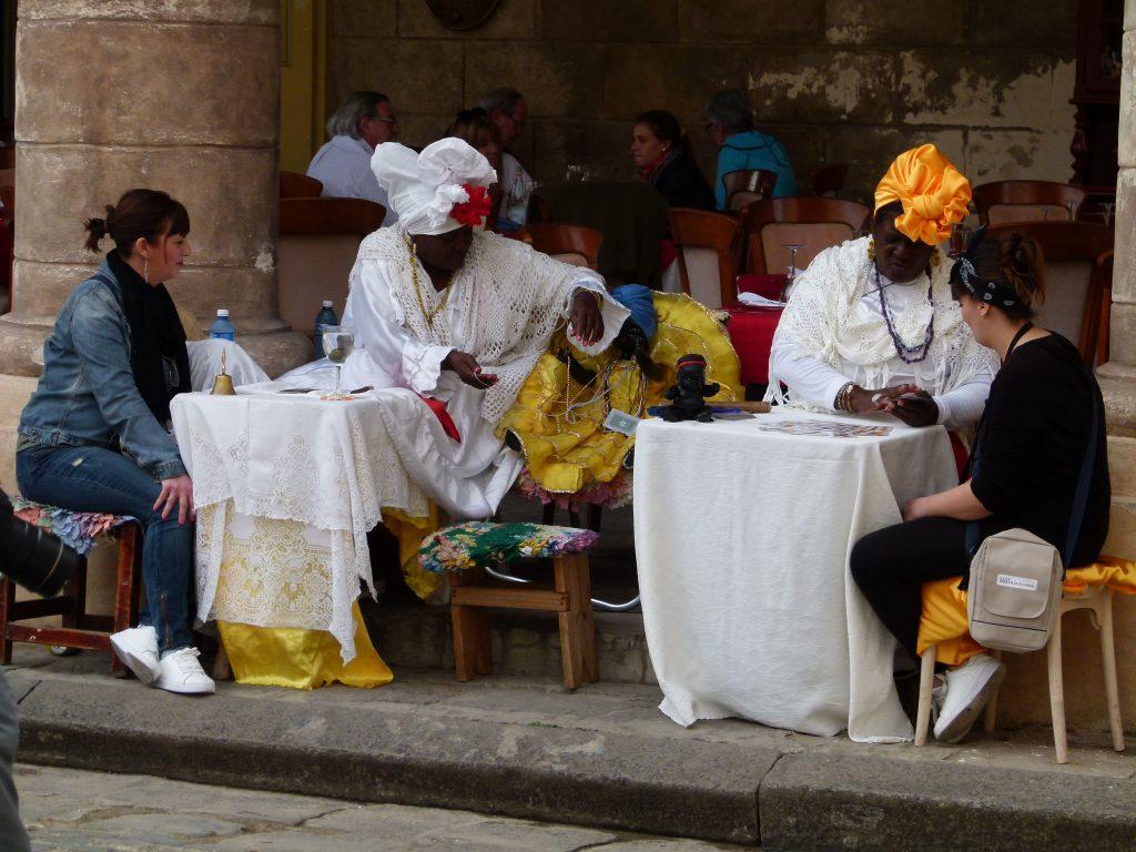 Mujeres que adivinan el futuro plaza de la catedral